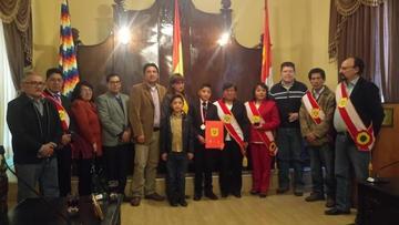 """Consejo condecora con el """"Orden Cerro de Plata"""" al ajedrecista Humberto Bracamonte"""