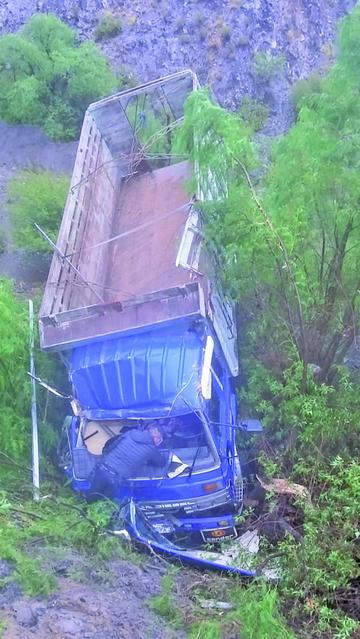 Un camión se embarranca y  no reportan lesionados