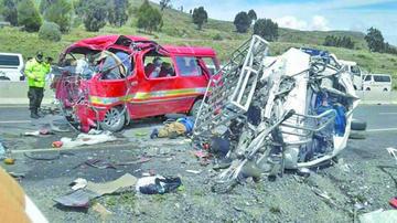 Colisión de 2 minibuses deja 17 fallecidos en la vía a Achacachi