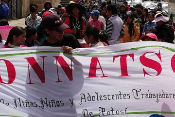 Niños y adolescentes marchan reclamando sus derechos laborales