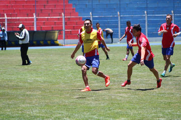 Apaza espera contar con el volante Vargas y el guardameta Santillán