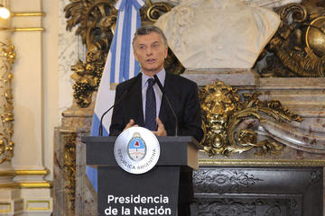 Juez cita al padre y hermano del presidente Macri de Argentina