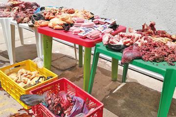 Incautan carne putrefacta y agusanada de mercados
