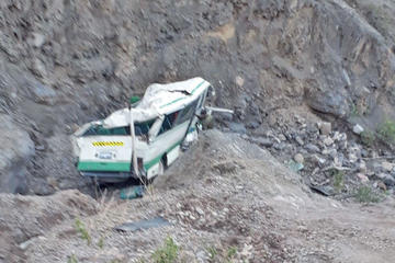 Un microbús sin pasajeros se precipita a 100 metros en sector de Retiro
