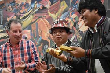 Mineros de Amayapampa entregan a Evo Morales lingotes de oro puro