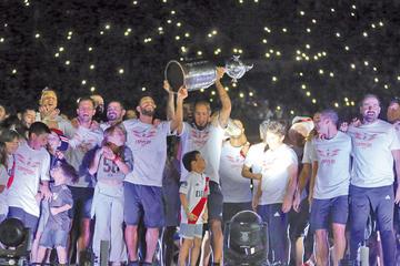 Hinchas y jugadores celebran el título