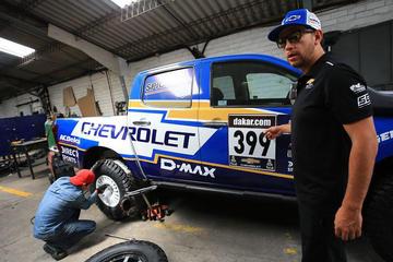 Vehículos calientan motores para el Dakar