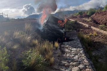 Encuentran vehículo quemado en la carretera asfaltada Potosí - Oruro