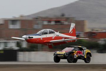 Loeb prueba su Peugeot contra  un avión