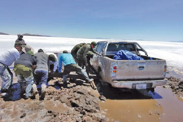 Policía rescata a una familia que quedó atrapada en el Salar de Uyuni