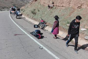 Motociclista cae luego de chocar contra un vehículo