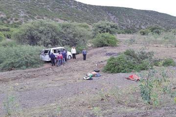 Minibús con pasajeros a bordo vuelca y provoca la muerte de una persona