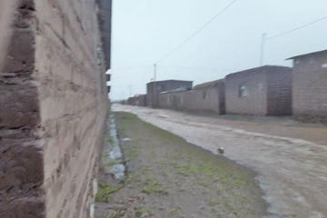 Turbulenta agua de lluvia irrumpe  por comunidad  de San Agustín