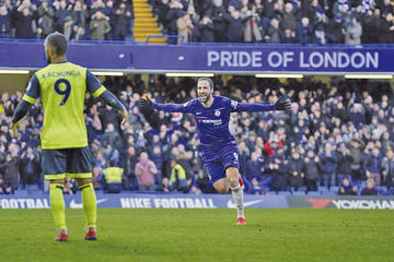 Higuaín destaca en la goleada de Chelsea sobre Huddersfield Town