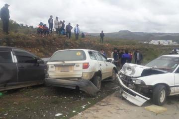 Seis personas resultan heridas en una triple colisión de autos en Llallagua