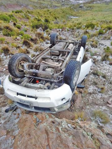 Un vehículo queda llantas arriba y el chofer sale ileso