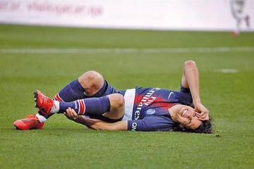 Cavani se lesiona y es duda para el partido de la Liga de Campeones ante United