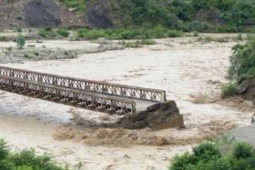 Rescatan a 29 personas que fueron sorprendidas por la crecida de ríos