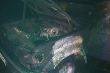 Vehículo arde por un cortocircuito en plena vía pública