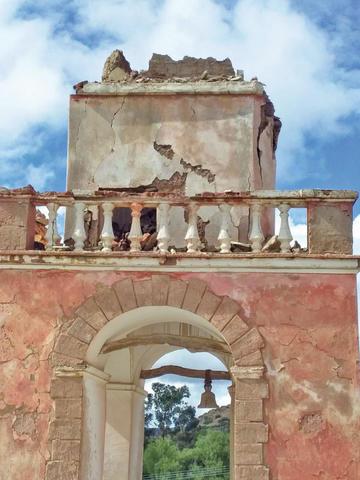 Alertan que  la torre del templo de Vitichi cayó