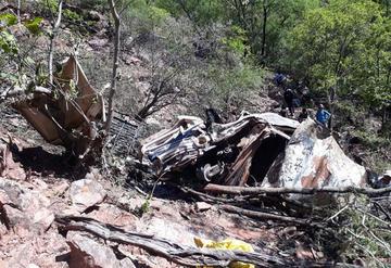 Vehículo explota tras caer 120 metros y tres mueren carbonizados