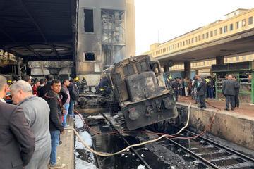 El fuego devora un andén en Egipto y provoca 20 fallecidos