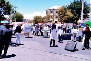 Médicos muestran equipos deteriorados de hospitales