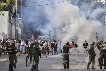 Suben a 6 muertos tras protestas en frontera de Venezuela - Brasil