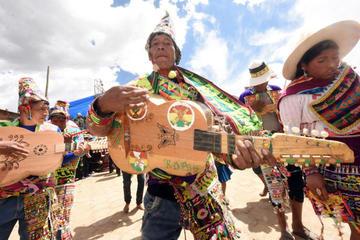 Comunarios muestran la música de la Qhonqota