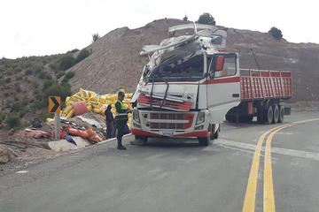 Reportan vuelco de camión con harina