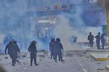 La Policía despeja la ruta Cochabamba - Oruro tras gasificar a bloqueadores