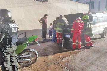 Vehículo arde luego de un cortocircuito