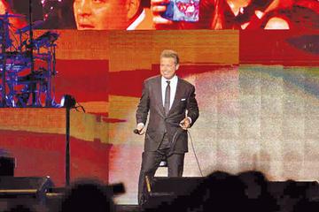 Luis Miguel brinda emotivo recital en tierra colombiana