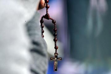 Fiscalía investiga a un sacerdote por supuesto abuso a varias alumnas