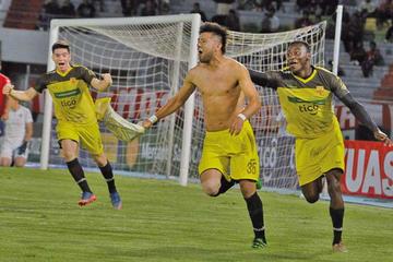 Canarios y Santos miden fuerzas en el estadio Tahuichi Aguilera