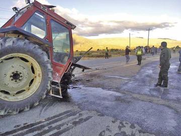 Un tractor agrícola queda partido en dos tras colisión