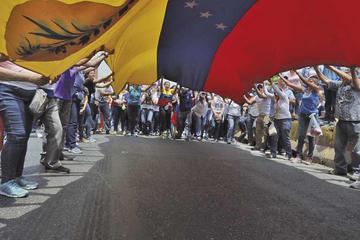 Venezolanos divididos marchan en las calles en medio de apagones