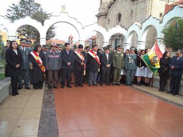 Iza de la bandera rojo y blanco destacó importancia de Potosí