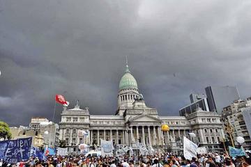 Masiva protesta pide revertir las políticas de Macri en Argentina