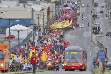 Demandan la libertad de Lula a un año de su ingreso a la cárcel