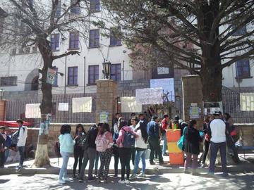 Estudiantes de Derecho bloquean edificio central de la UATF