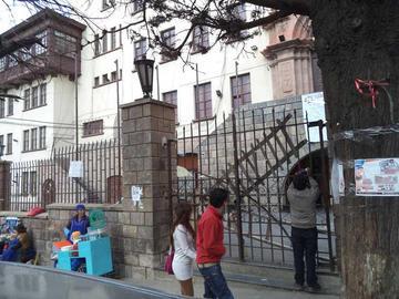 Edificio central de la UATF sigue cerrado por estudiantes de Derecho