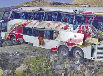 Siete personas pierden la vida en vuelco de flota entre Oruro-Potosí