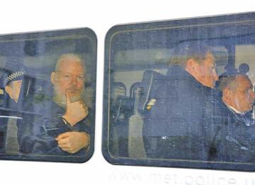 Evo condena la detención del fundador de Wikileaks