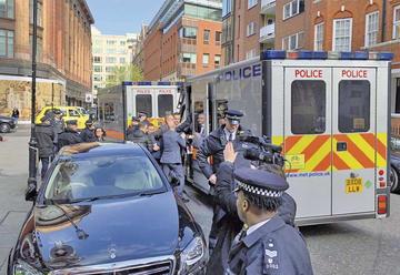 Detiene a Assange en Londres y Ecuador le retira la nacionalidad
