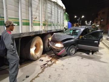 Taxista se estrella contra un camión