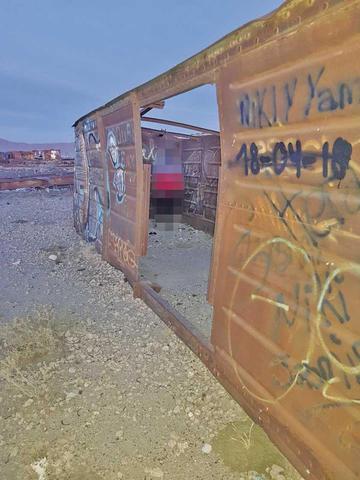 Un hombre se cuelga en el Cementerio de Trenes en Uyuni