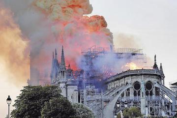 Ardió la catedral de Notre Dame,  símbolo de París y del arte gótico