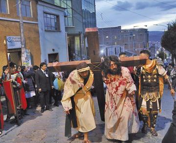 Jesús cayó ante la mirada de los potosinos en el Vía Crucis