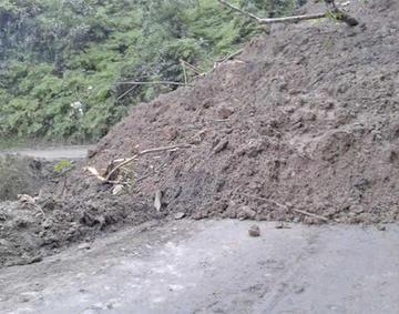 Cierran la vía Caranavi - Guanay por un derrumbe